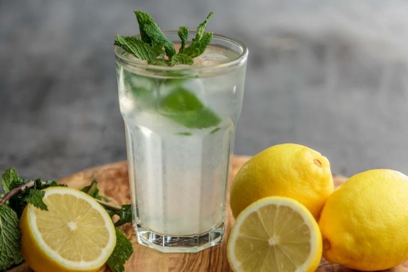 Czy picie wody pomaga schudnąć?