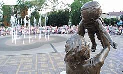 Tłumy na placu przy fontannie. Kolejna plenerowa operetka w Radlinie - Serwis informacyjny z Wodzisławia Śląskiego - naszwodzislaw.com