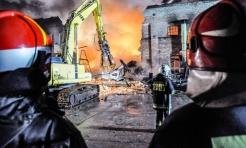 Ogromny pożar hali przy ul. Zakładowej w Raciborzu Brzeziu. Na miejscu działają również strażacy z naszego powiatu  - Serwis informacyjny z Wodzisławia Śląskiego - naszwodzislaw.com
