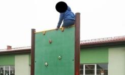 Chłopiec nie potrafił zejść ze ścianki wspinaczkowej. Pomogła straż miejska  - Serwis informacyjny z Wodzisławia Śląskiego - naszwodzislaw.com