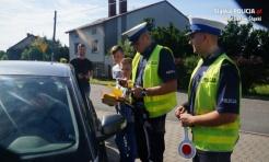 Wodzisławscy policjanci rozdawali laurki i żółte kartki  - Serwis informacyjny z Wodzisławia Śląskiego - naszwodzislaw.com