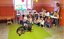 Policyjny pies Tor z wizytą u dzieci - Serwis informacyjny z Wodzisławia Śląskiego - naszwodzislaw.com