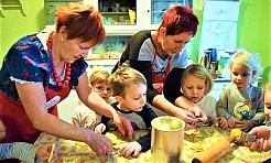 Gospodynie z Gogołowej uczyły przedszkolaki piec świąteczne ciasteczka - Serwis informacyjny z Wodzisławia Śląskiego - naszwodzislaw.com