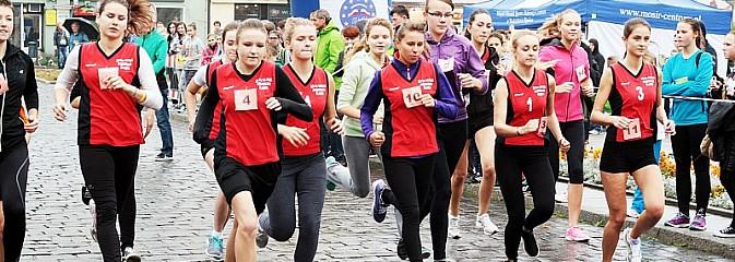 Około 300 uczestników stanęło dzisiaj na stracie biegu ulicznego  - Serwis informacyjny z Wodzisławia Śląskiego - naszwodzislaw.com