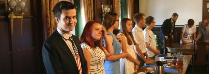 Uroczyste ślubowanie rozpoczęło I sesję Młodzieżowej Rady Miasta w Rydułtowach - Serwis informacyjny z Wodzisławia Śląskiego - naszwodzislaw.com
