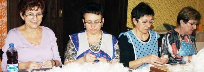 KGW w Gogołowej zorganizowało tradycyjne skubanie pierza w Izbie Regionalnej  - Serwis informacyjny z Wodzisławia Śląskiego - naszwodzislaw.com