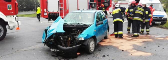 Kraksa w Syryni. Trzy osoby trafiły do szpitala  - Serwis informacyjny z Wodzisławia Śląskiego - naszwodzislaw.com