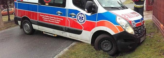 Ambulans utknął na grząskim poboczu i osunął się do rowu  - Serwis informacyjny z Wodzisławia Śląskiego - naszwodzislaw.com