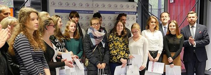 Start jubileuszowej wystawy prac uczniów Liceum Plastycznego - Serwis informacyjny z Wodzisławia Śląskiego - naszwodzislaw.com