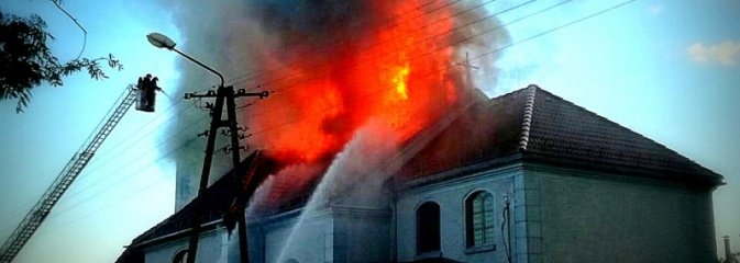 Płonie kościół w starych Nieboczowach! Z pożarem walczy 40 strażaków - Serwis informacyjny z Wodzisławia Śląskiego - naszwodzislaw.com