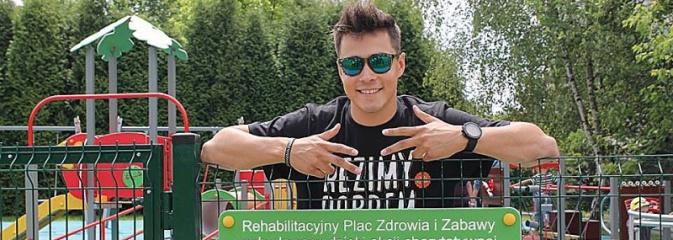 W jeden dzień zebrał ponad 326 tysięcy złotych. Youtuber z Wodzisławia w kolejnej szczytnej akcji! Otwarto Rehabilitacyjny Plac Zdrowia i Zabawy - Serwis informacyjny z Wodzisławia Śląskiego - naszwodzislaw.com