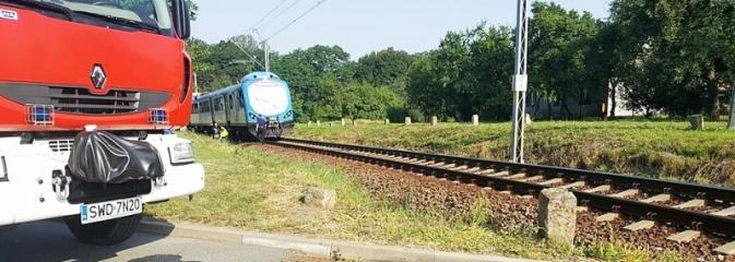 Na przejeździe kolejowym w Bełsznicy pociąg zahaczył o samochód. Policja poszukuje świadków zdarzenia  - Serwis informacyjny z Wodzisławia Śląskiego - naszwodzislaw.com