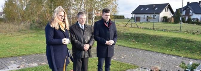 Delegacja powiatu zapaliła znicze na grobach samorządowców  - Serwis informacyjny z Wodzisławia Śląskiego - naszwodzislaw.com
