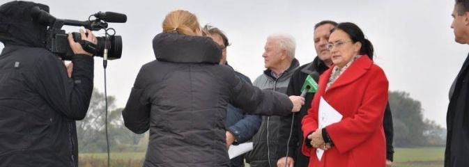 Umowa na dokończenie budowy zbiornika przeciwpowodziowego w Raciborzu Dolnym - komentarz Izabeli Kloc - Serwis informacyjny z Wodzisławia Śląskiego - naszwodzislaw.com
