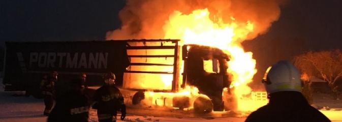 W Gołkowicach zapaliła się ciężarówka z naczepą  - Serwis informacyjny z Wodzisławia Śląskiego - naszwodzislaw.com