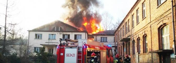 Pszów: Pożar w byłej cechowni. Zapalił się dach. ZDJĘCIA i WIDEO - Serwis informacyjny z Wodzisławia Śląskiego - naszwodzislaw.com