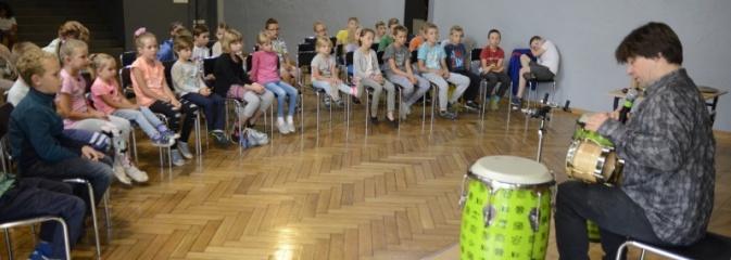 Perkusista Marcina Wyrostka na warsztatach w Wodzisławskim Centrum Kultury - Serwis informacyjny z Wodzisławia Śląskiego - naszwodzislaw.com