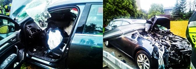 Radlin: Renault staranowało barierki na ulicy Mariackiej. Kierowca może mówić o szczęściu - Serwis informacyjny z Wodzisławia Śląskiego - naszwodzislaw.com