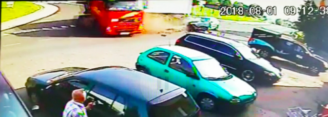 To mogło skończyć się tragicznie! Policja publikuje wstrząsające nagranie kolizji ciężarówki z osobowym BMW - Serwis informacyjny z Wodzisławia Śląskiego - naszwodzislaw.com