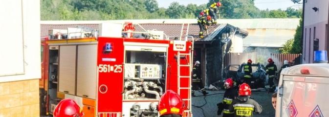 Pożar forda kugi w Rzuchowie. Od pojazdu zajęła się zabudowa - Serwis informacyjny z Wodzisławia Śląskiego - naszwodzislaw.com