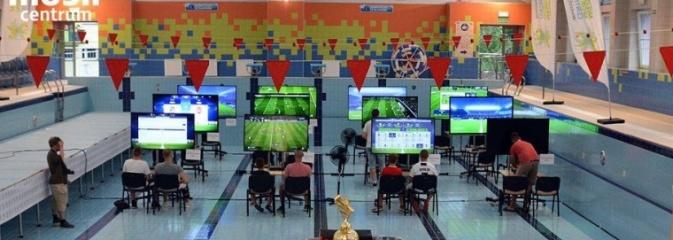 Tego jeszcze nie grali! W niecce basenu odbył się turniej FIFA - Serwis informacyjny z Wodzisławia Śląskiego - naszwodzislaw.com
