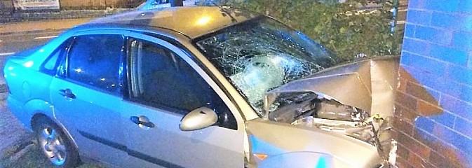 Zbyt szybka jazda i alkohol mogły doprowadzić do tragedii. 26-latek uderzył w budynek mieszkalny - Serwis informacyjny z Wodzisławia Śląskiego - naszwodzislaw.com