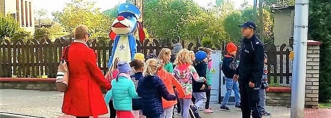 Dzielnicowi i Sznupek uczyli dzieci zasad bezpiecznego przechodzenia przez jezdnię - Serwis informacyjny z Wodzisławia Śląskiego - naszwodzislaw.com