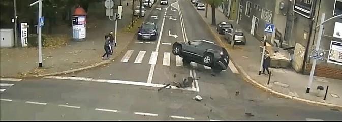 Dacia w locie nad przejściem dla pieszych. Film ostrzeżenie dla kierowców  - Serwis informacyjny z Wodzisławia Śląskiego - naszwodzislaw.com