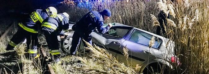 Renault stoczyło się ze skarpy na drodze do Lubomi - Serwis informacyjny z Wodzisławia Śląskiego - naszwodzislaw.com