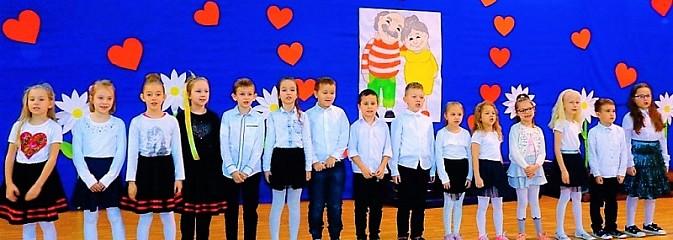 Huczne obchody Dnia Babci i Dziadka w wodzisławskim ZSP numer 5 - Serwis informacyjny z Wodzisławia Śląskiego - naszwodzislaw.com