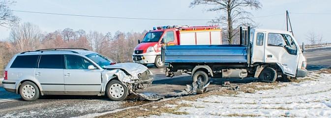 Zderzenie passata i dostawczaka na DW 935 - Serwis informacyjny z Wodzisławia Śląskiego - naszwodzislaw.com