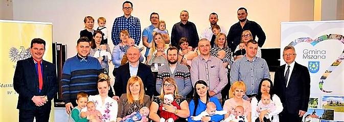 Najmłodsi mieszkańcy powitani maskotkami - Serwis informacyjny z Wodzisławia Śląskiego - naszwodzislaw.com