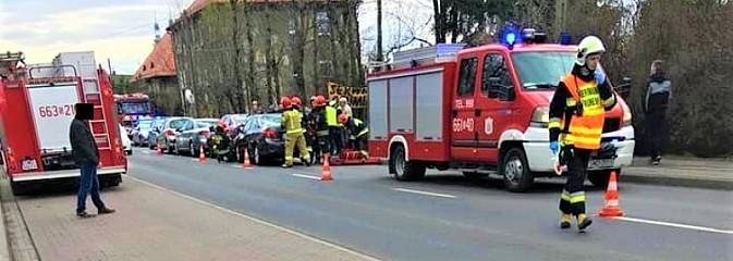 76-latek najechał na kolumnę pojazdów biorących udział w kolizji - Serwis informacyjny z Wodzisławia Śląskiego - naszwodzislaw.com
