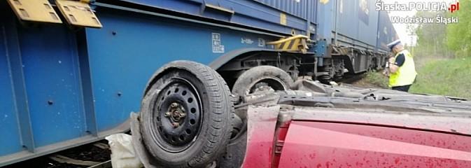 Ford wjechał pod pociąg. Kierowca zlekceważył sygnalizator! [FOTO i WIDEO] - Serwis informacyjny z Wodzisławia Śląskiego - naszwodzislaw.com