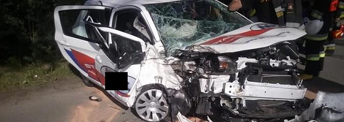 Rozpędzona toyota uderzyła w drzewo. Trzy osoby ranne [FOTO i WIDEO] - Serwis informacyjny z Wodzisławia Śląskiego - naszwodzislaw.com