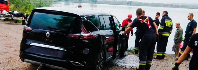 Zasnął za kierownicą, obudził się w wodzie! Tak wyciągano auto ze stawu pod Raciborzem [FOTO i WIDEO] - Serwis informacyjny z Wodzisławia Śląskiego - naszwodzislaw.com