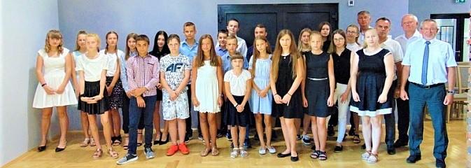 Nagrody i wyróżnienia dla zdolnych uczniów z gminy Godów [FOTO] - Serwis informacyjny z Wodzisławia Śląskiego - naszwodzislaw.com