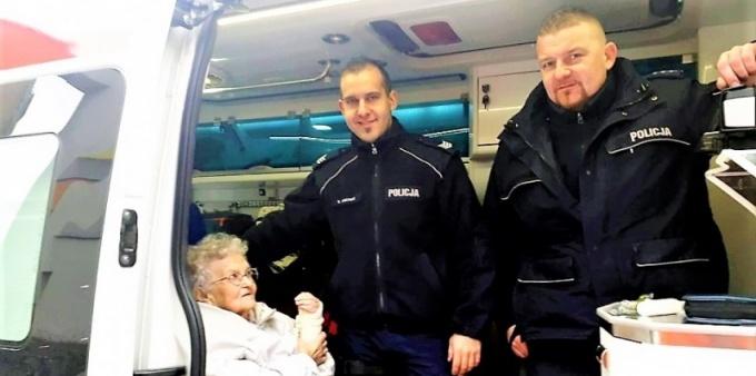 Dzielnicowi pomogli starszej kobiecie